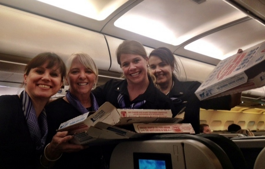 Pilot buys domino's pizza for passengers